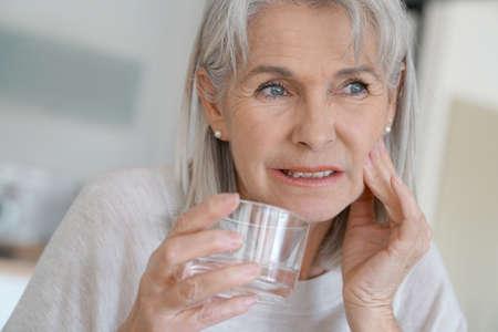 persona de la tercera edad: Mujer mayor con dolor de muelas