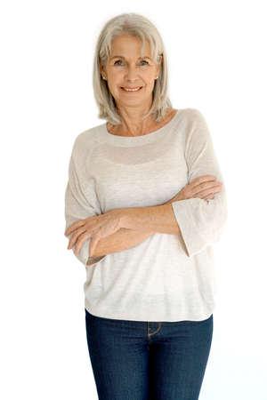 Ältere Frau, die auf weißem Hintergrund