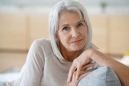 Portrait der älteren Frau in Sofa entspannen Standard-Bild