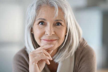 Portrait der schönen älteren Frau mit dem weißen Haar