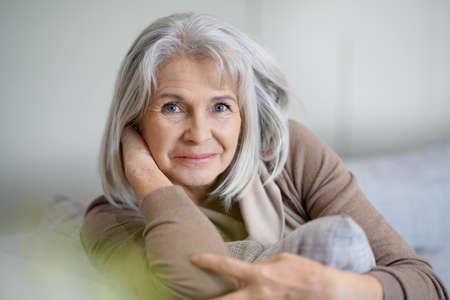 Portrait der schönen älteren Frau mit dem weißen Haar Standard-Bild