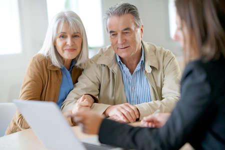Hoger paar dat financiële adviseur voor investering ontmoet Stockfoto - 69227266