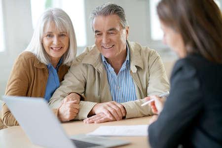 Senior couple meeting financial adviser for investment Foto de archivo
