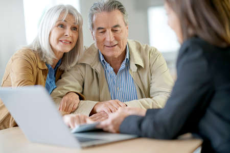 Senior couple meeting financial adviser for investment Foto de archivo