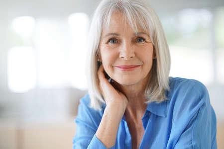 青いシャツと年配の女性の肖像画