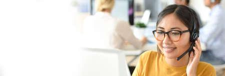 asistente de servicio al cliente que trabaja en oficina Foto de archivo