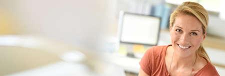 Souriante femme d'affaires réussie et attrayante Banque d'images - 69398985