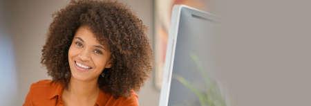 persona alegre: Empresaria alegre que trabaja en el ordenador de sobremesa