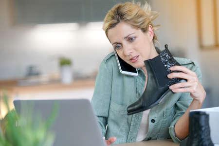 カスタマー サービスと電話で女性
