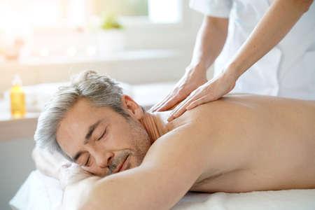 Man entspannt auf Massagetisch Massage empfängt Standard-Bild - 71851336