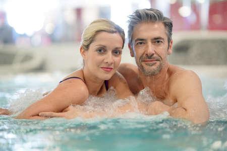 Couple de détente dans le bain à remous de thalassothérapie Banque d'images