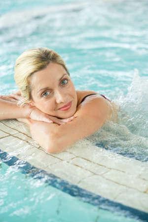 Belle femme blonde de détente en eau thermale de thalassothérapie
