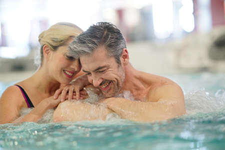 Paar ontspannen in de thalassotherapie hot tub Stockfoto - 72305480