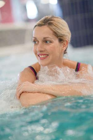 femme d'âge moyen en appréciant bain thermal dans le centre de thalassothérapie