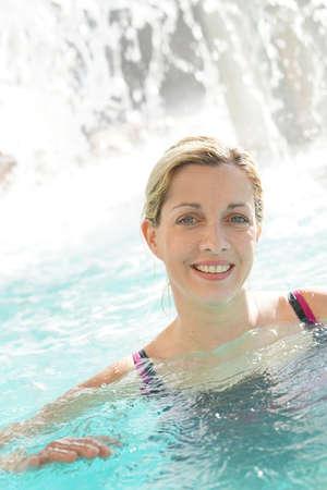 femme blonde Attractive détente dans la piscine spa Banque d'images