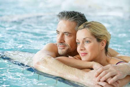 Couple de détente en eau thermale de thalassothérapie