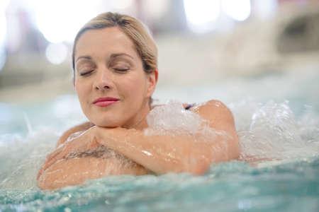 タラソテラピー センターで温泉を楽しんでいる中年の女性