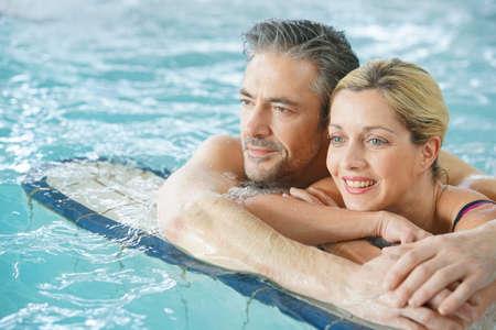 thalasso: Couple de détente en eau thermale de thalassothérapie