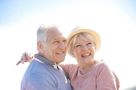 matrimonio feliz: Retrato de alto pareja en la playa