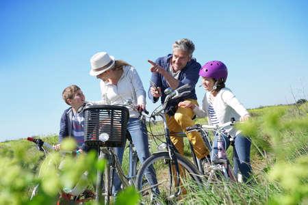 ストップを行うことや、スマート フォンを使用して自転車に乗る日に家族