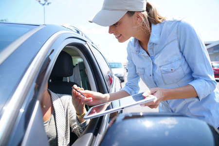 렌트카에서 렌터카를 빌려주는 주차장에 여자 스톡 콘텐츠 - 80846023