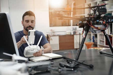 Inżynier pracy na drone w biurze