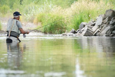 モンタナ州ギャラティン川でフライ漁師釣り