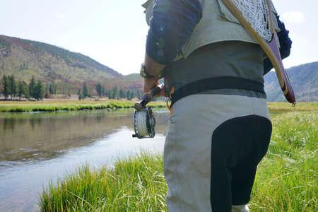 Vliegvisser die in de rivier van Madison, Yellowstone-park vissen