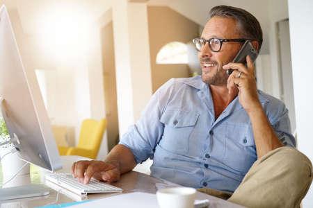 전화로 이야기하는 집 사무실 사업가 스톡 콘텐츠 - 85288732