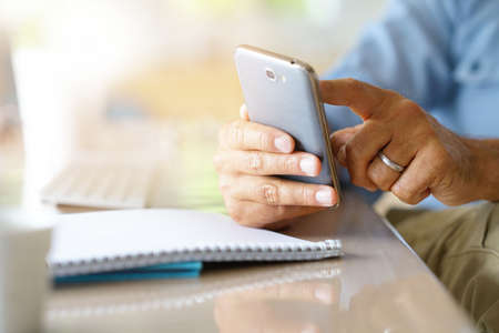 Closeup of males hands holding smartphone Banque d'images