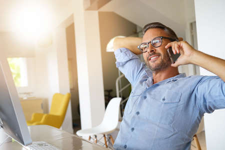 전화로 이야기하는 집 사무실 사업가 스톡 콘텐츠 - 85319995