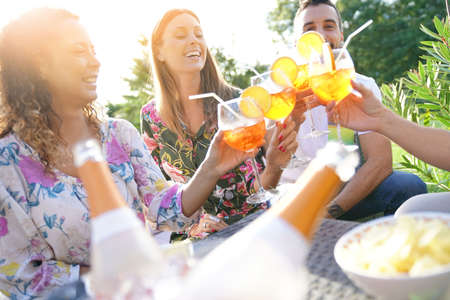 Groupe d'amis applaudissant avec des cocktails d'été Banque d'images
