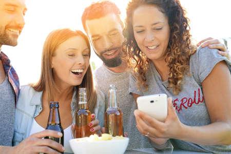 Groupe d'amis s'amuser en prenant des photos de selfie Banque d'images