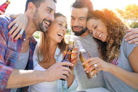 Groupe d'amis rassemblant des bières à barres