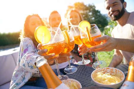 Fête d'été, groupe d'amis animant des boissons