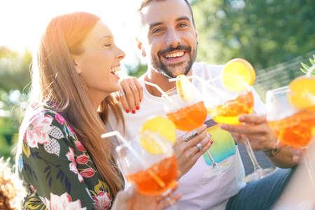 Un couple amoureux qui s'amuse à s'entendre avec des cocktails Banque d'images