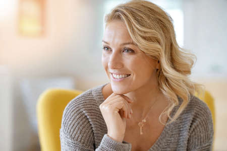 Portrait d'une belle femme blonde de 40 ans