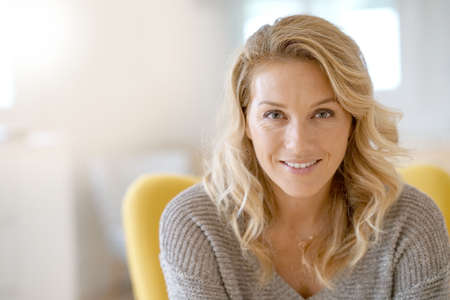 Portrait de la belle femme blonde de 40 ans Banque d'images - 86582111