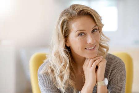 Portrait d'une belle femme blond de 40 ans Banque d'images - 86582115