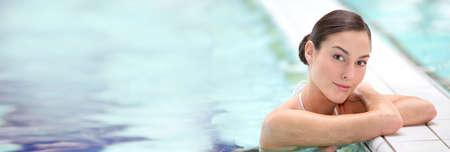 Belle jeune femme relaxante dans la piscine d'eau de mer
