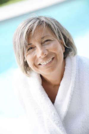 Portrait de femme mature détente au bord de la piscine