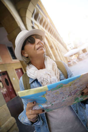 voyage: Senior woman traveling in european city, reading map Banque d'images