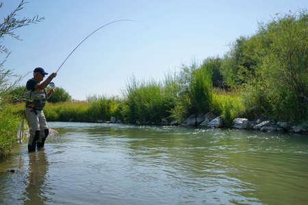 川のモンタナ州での釣りのフライフィッシングします。