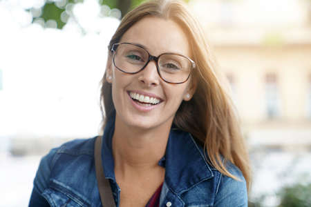 Portret van vrolijke brunette meisje met bril Stockfoto