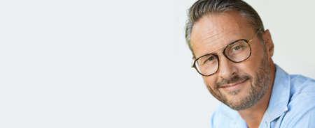 眼鏡、青いシャツ、テンプレートを持つ成熟した男の肖像