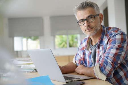 Businessman working on laptop computer Foto de archivo