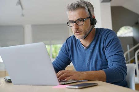 Representante de ventas teletrabajando desde la oficina en el hogar