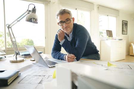 Portrait d'architecte au bureau