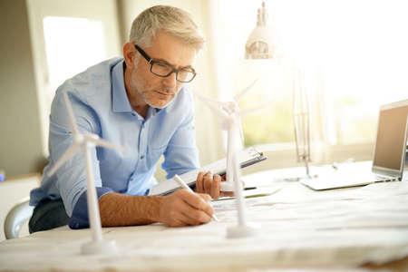 Ingénieur industriel travaillant sur l'implantation d'éoliennes Banque d'images