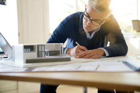 Arquitecto en la oficina trabajando en modelo 3D Foto de archivo - 90236320